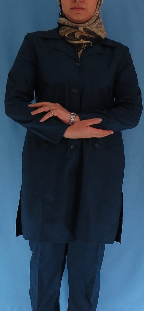 1 600x1298 - مانتو شلوار زنانه آبی نفتی مدل سه جیب