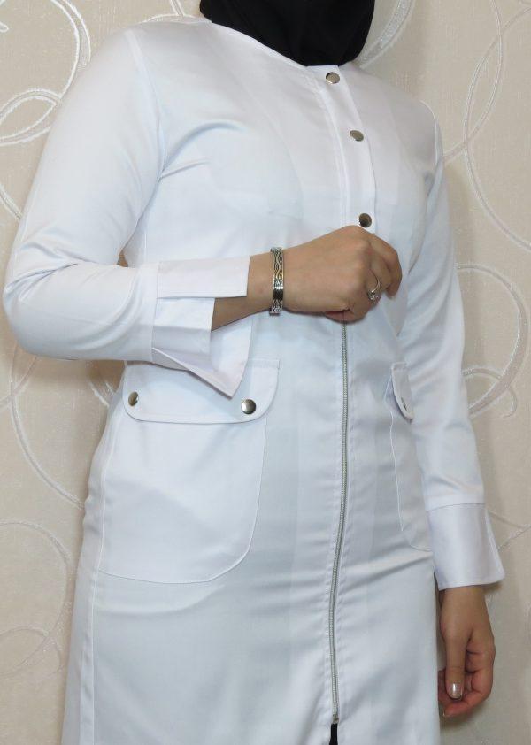 Zippi1 600x842 - روپوش سفید زنانه زیپی دکمه فلزی
